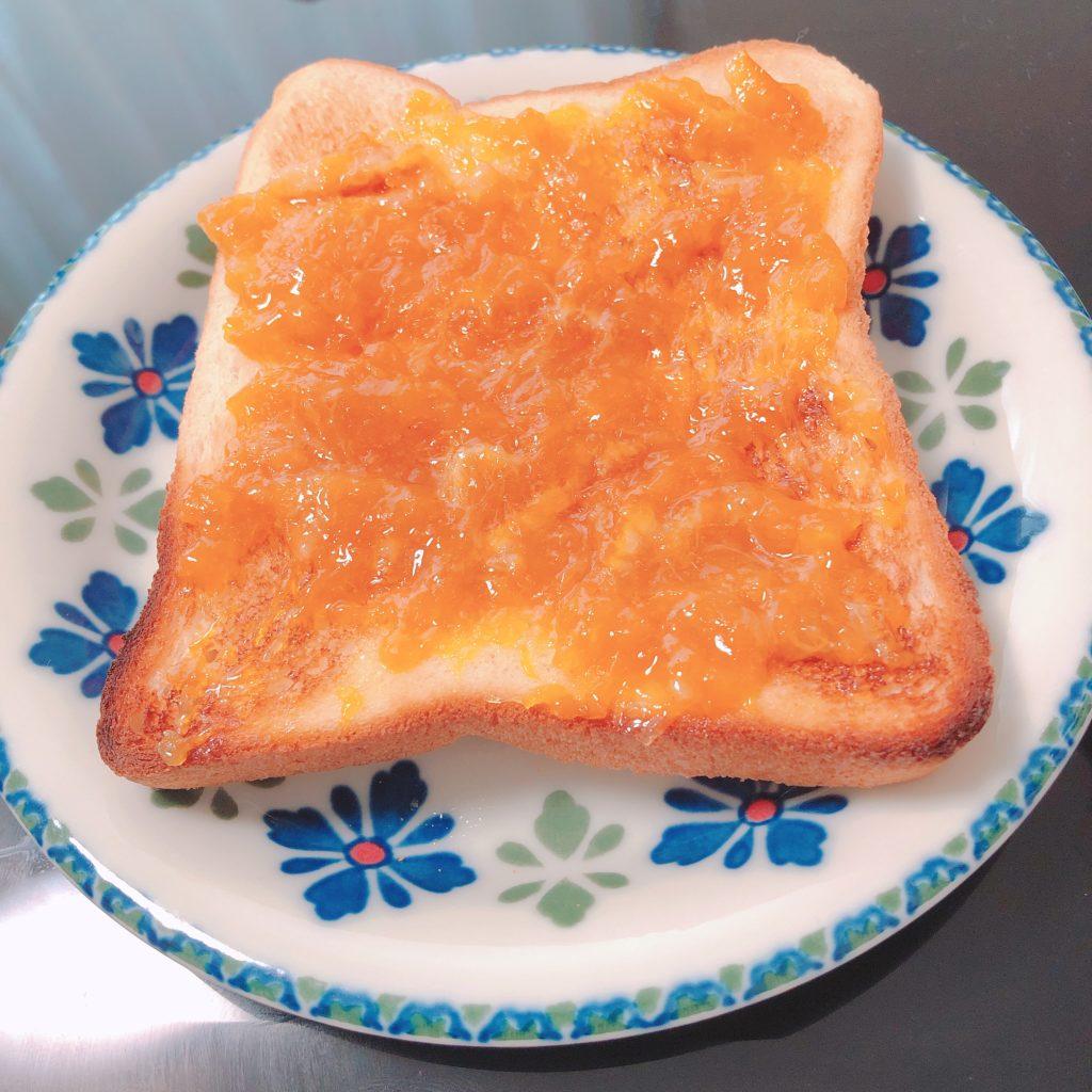 食パンにぽんかんマーマレードを塗る